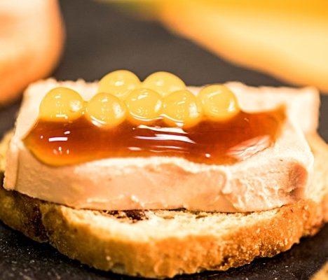 Tosta de foie con perlas liquidas Fresh Pearls de Pescaviar