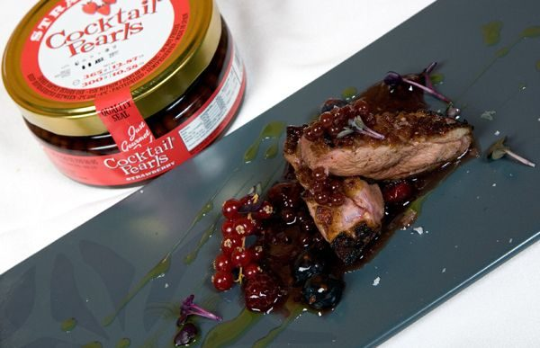 MAGRET DE CANARD, CONFITURE AUX FRUITS ROUGES ET COCKTAIL PEARLS DE FRAISE